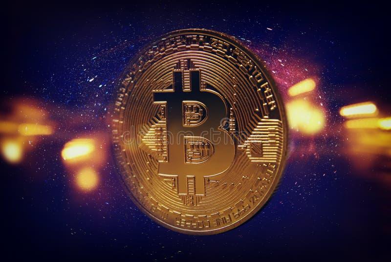 Guld- Bitcoin över mörk bakgrund Affär och faktiskt cryptocurrencybegrepp fotografering för bildbyråer