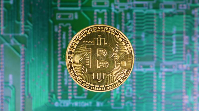 Guld- Bitcoin över PCmoderkortet royaltyfria foton