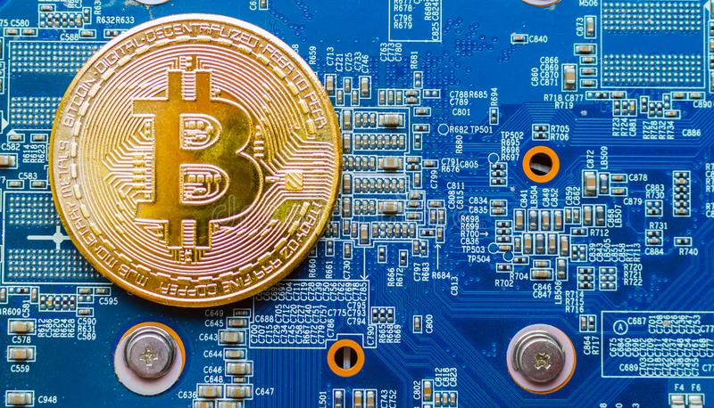 Guld- Bitcoin Cryptocurrency på datorströmkretsbräde Skjuten makro royaltyfria foton