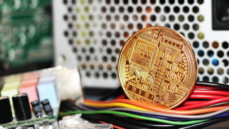 Guld- Bitcoin faktisk valuta, kulöra elektriska trådar fotografering för bildbyråer