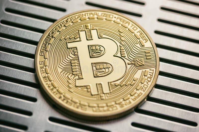 Guld- bitcoin med metallisk bakgrund begreppsmässig bild för CR arkivbilder