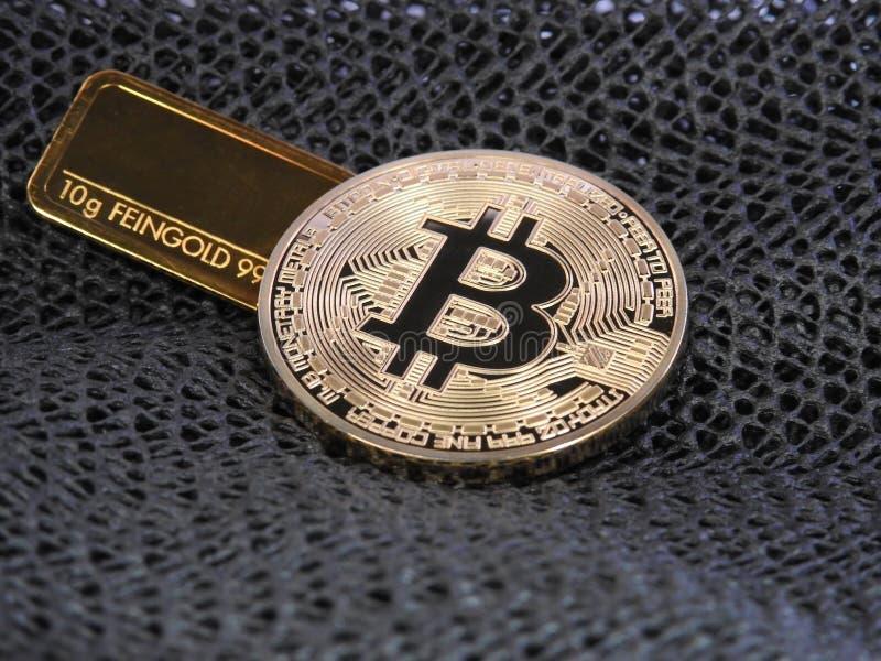 Guld- Bitcoin och guld- stång royaltyfri fotografi