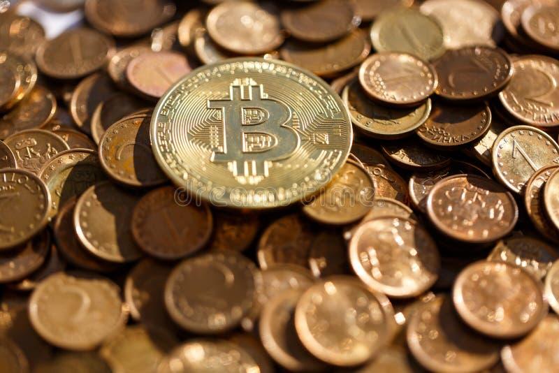Guld- Bitcoin på bakgrunden av andra valutor som följs förbi framtiden royaltyfria foton