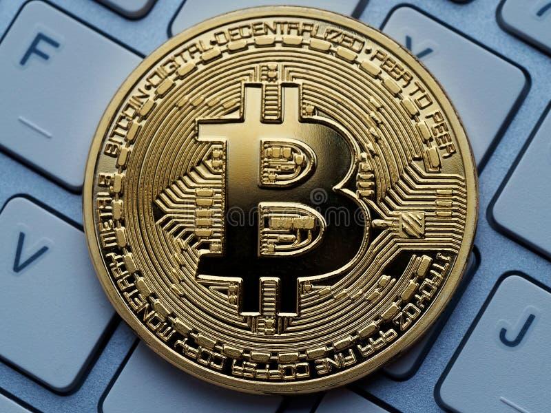 Guld- bitcoin på datortangentbordet royaltyfria bilder