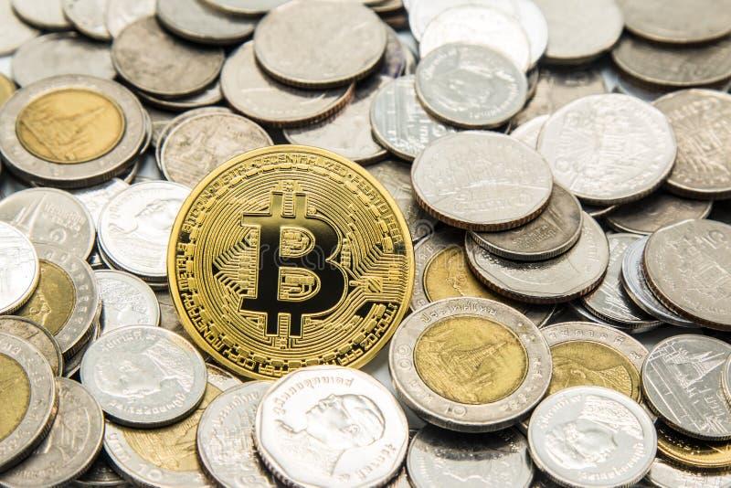 Guld- Bitcoin på många högar av den myntThailand bahten arkivfoto