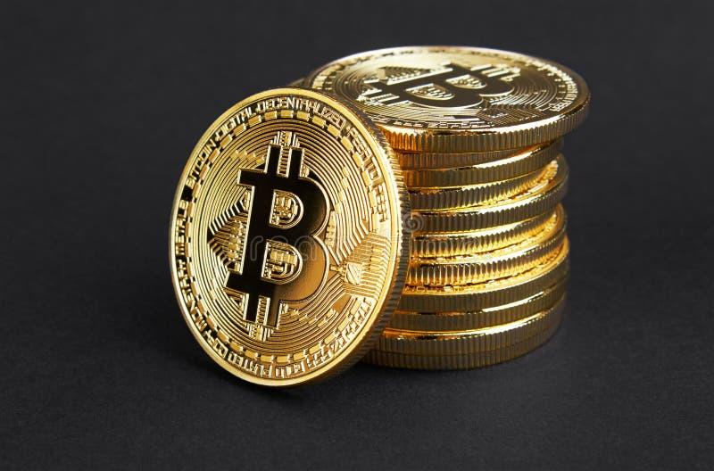Guld- Bitcoin på svart arkivbild