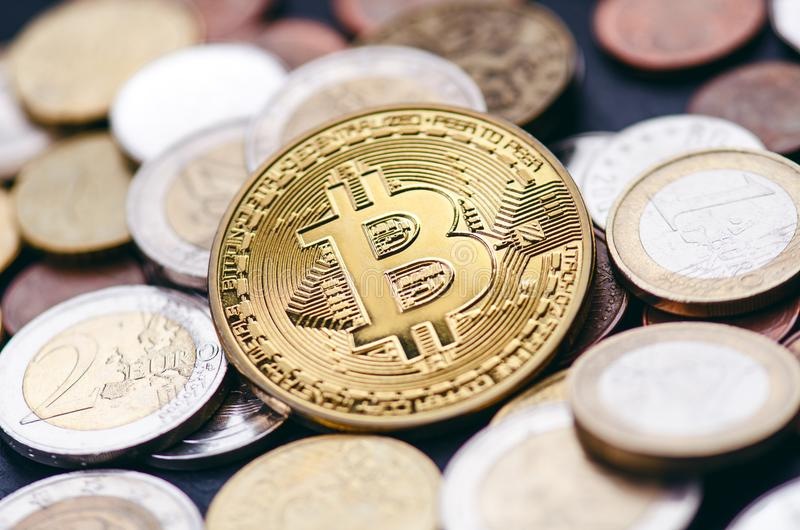 Guld- bitcoinmynt på en mörk bakgrund med euromynt Faktisk valuta Crypto valuta nya faktiska pengar Lens signalljus arkivbild