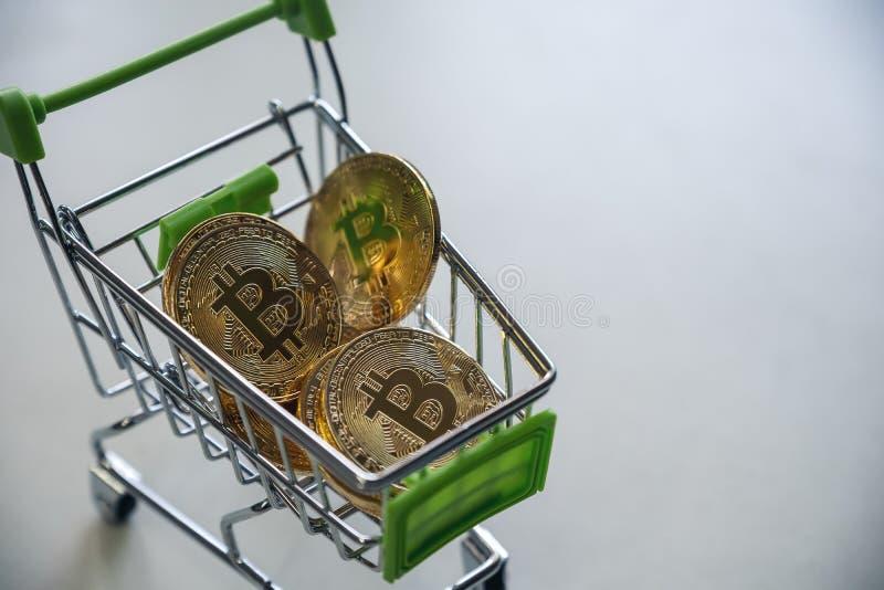 Guld- bitcoins i en vagn royaltyfria foton