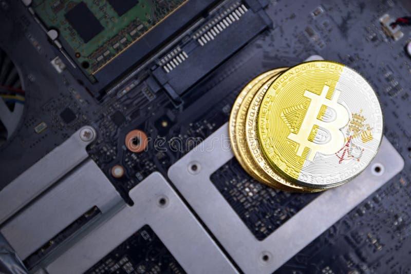 Guld- bitcoins med flaggan av Vatican City på ett bräde för elektronisk strömkrets för dator Bitcoin som bryter begrepp royaltyfria bilder