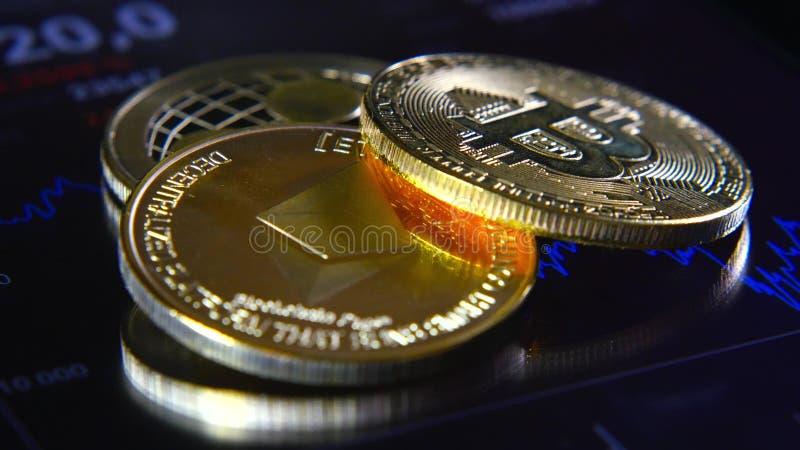 Guld- bitcoins på bakgrunden av ett grafiskt materiel kartlägger Koncentrationen av Crypto-valutan av faktiska pengar royaltyfria bilder