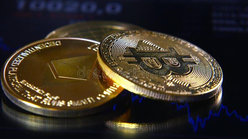 Guld- bitcoins på bakgrunden av ett grafiskt materiel kartlägger Koncentrationen av Crypto-valutan av faktiska pengar royaltyfria foton