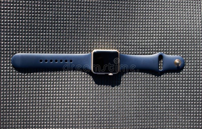 Guld- guld- blått ilar klockan för att vända av svart skärmslut upp royaltyfri foto