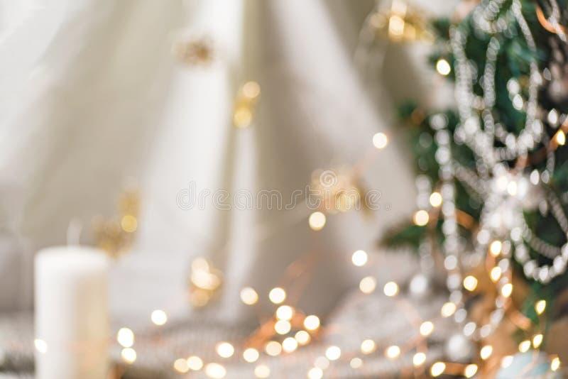 Guld- bokeh för ljus runda på mjuk vit bakgrund av tabellen i stil för romantiskt och nytt år royaltyfria bilder