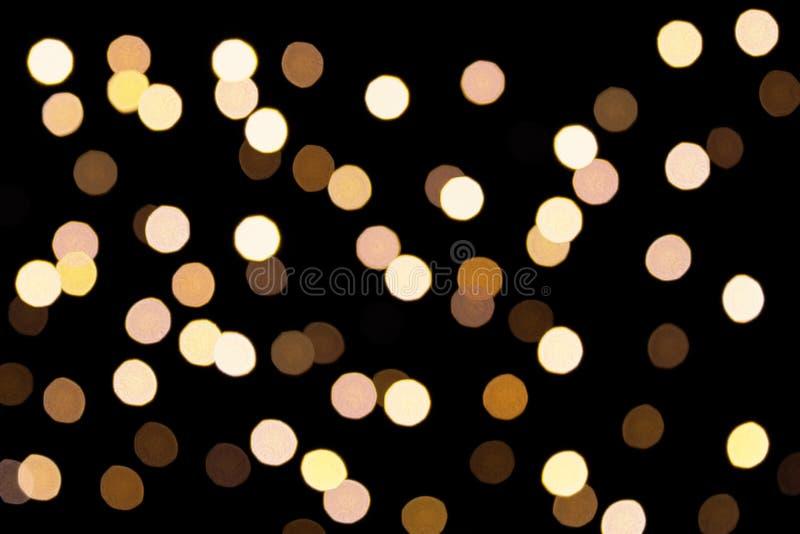 Guld- bokeh på en mörk bakgrund Defocused bokehlignts abstrakt bakgrundsjul Abstrakt rund bokehbakgrund av Ch arkivfoton