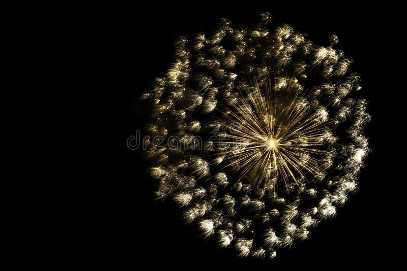 Guld- boll av fyrverkerier arkivfoton