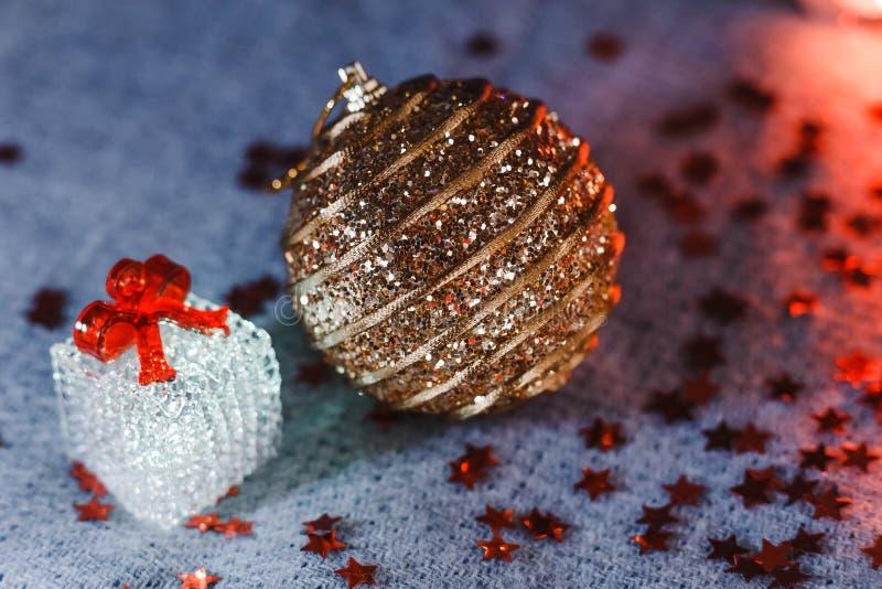 Guld- boll för jul på gråa woolen filtar royaltyfri fotografi