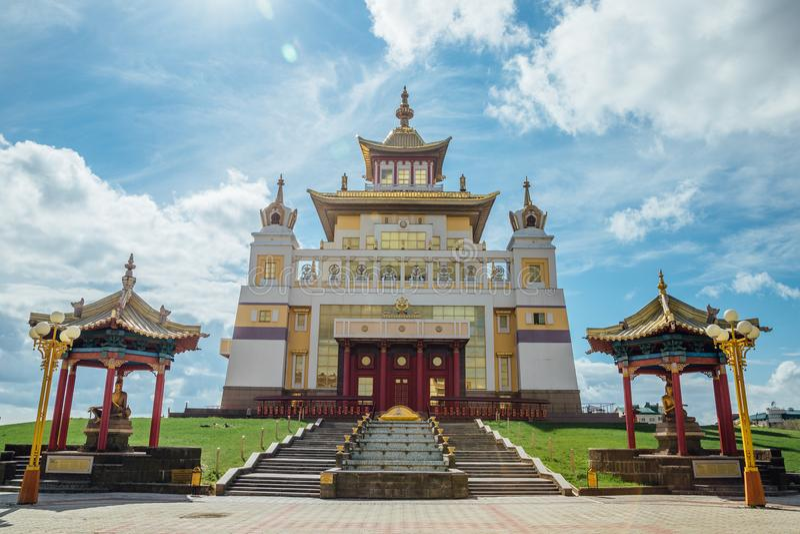 Guld- boning för buddistisk tempel av Buddha Shakyamuni i Elista, republik av Kalmykia, Ryssland royaltyfri foto