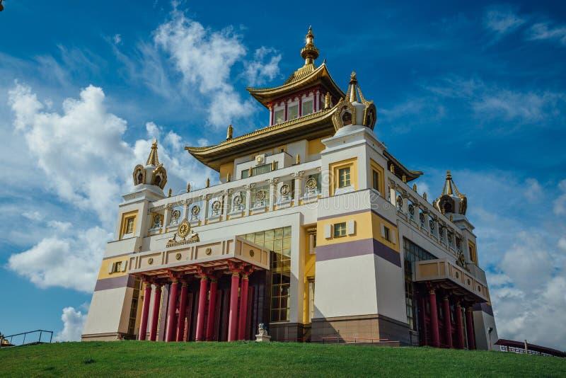 Guld- boning för buddistisk tempel av Buddha Shakyamuni i Elista, republik av Kalmykia, Ryssland royaltyfri fotografi