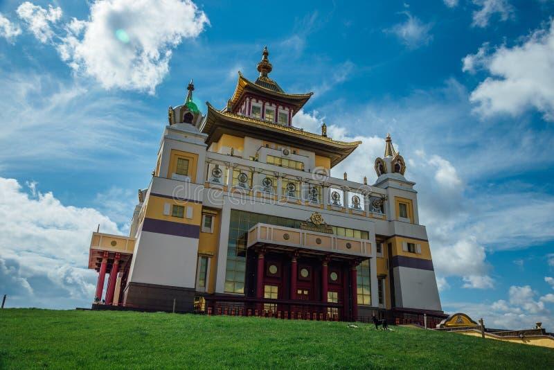 Guld- boning för buddistisk tempel av Buddha Shakyamuni i Elista, republik av Kalmykia, Ryssland fotografering för bildbyråer