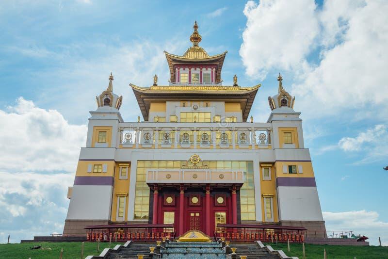 Guld- boning för buddistisk tempel av Buddha Shakyamuni i Elista, republik av Kalmykia, Ryssland arkivfoton