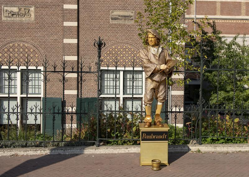 Guld- bosatt staty av Rembrandt, utanför Rijksmuseumen, Amsterdam, Nederländerna arkivfoto