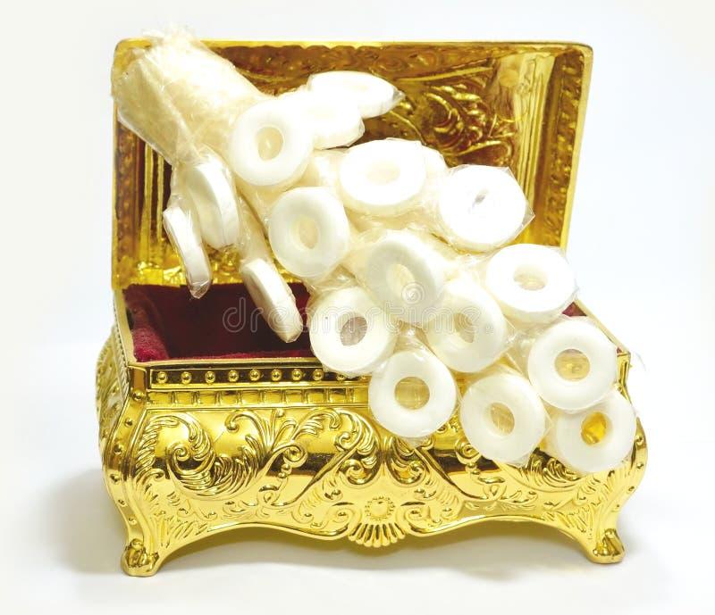 Guld- bröstkorg med godisklungan royaltyfri bild