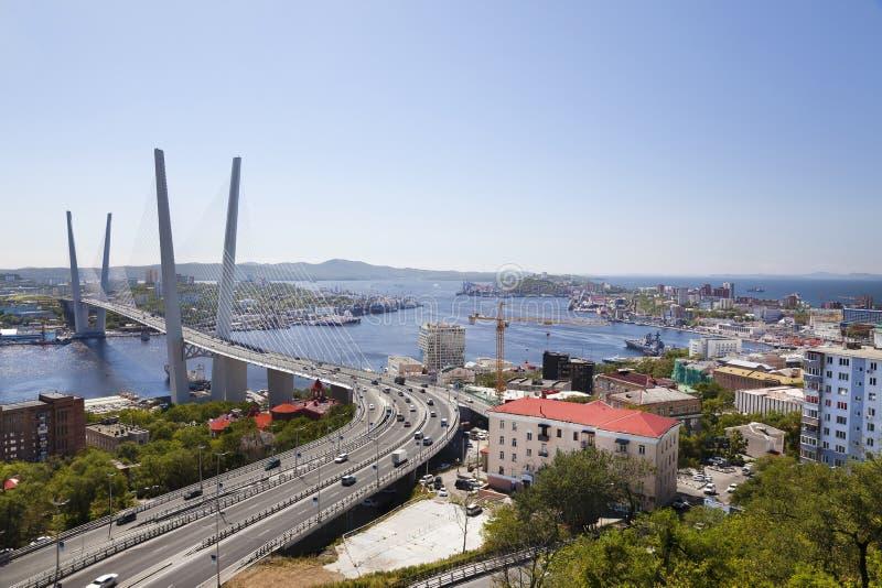 Guld- bro över Zolotoy Rog Bay vladivostok royaltyfria bilder
