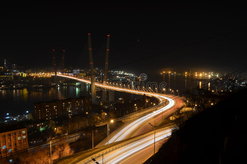 Guld- bro Vladivostok på natten arkivfoton
