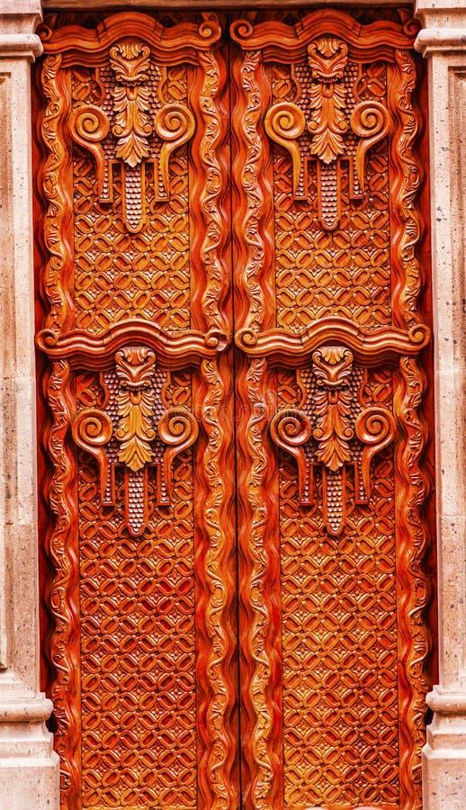 Guld- brun trädörr San Miguel de Allende Mexico arkivfoton