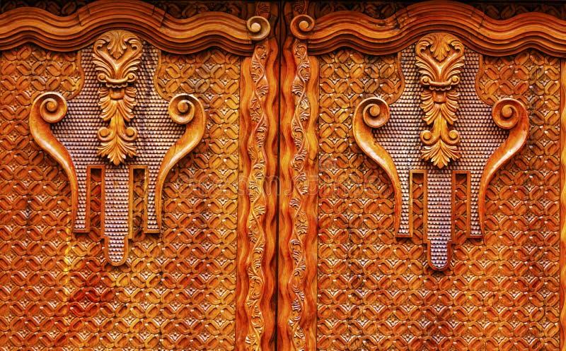 Guld- brun trädörr San Miguel de Allende Mexico royaltyfri fotografi