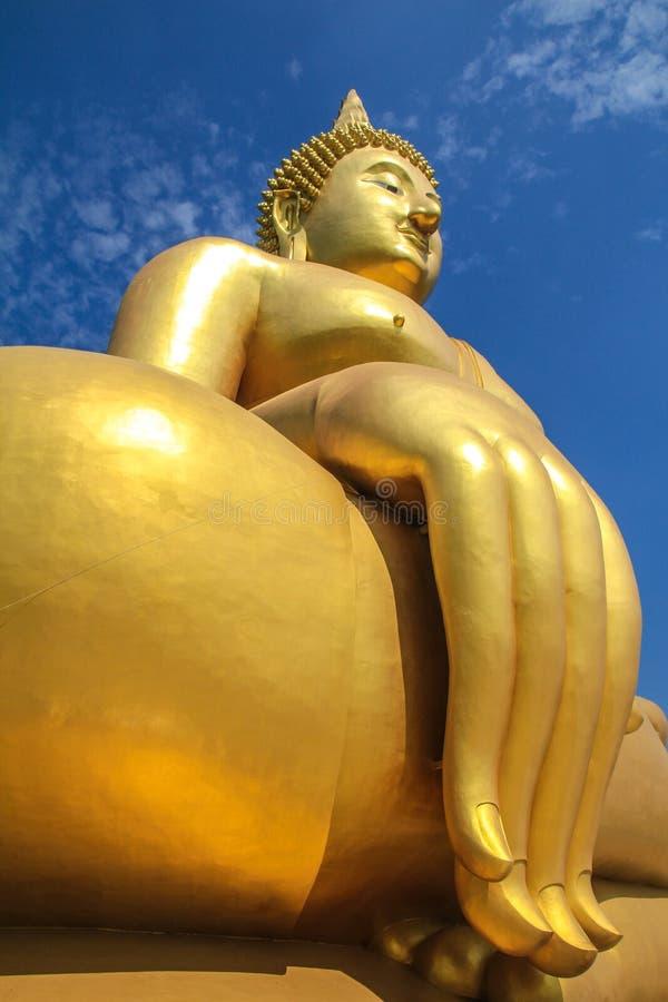 Guld- Budda med blå himmel arkivbilder