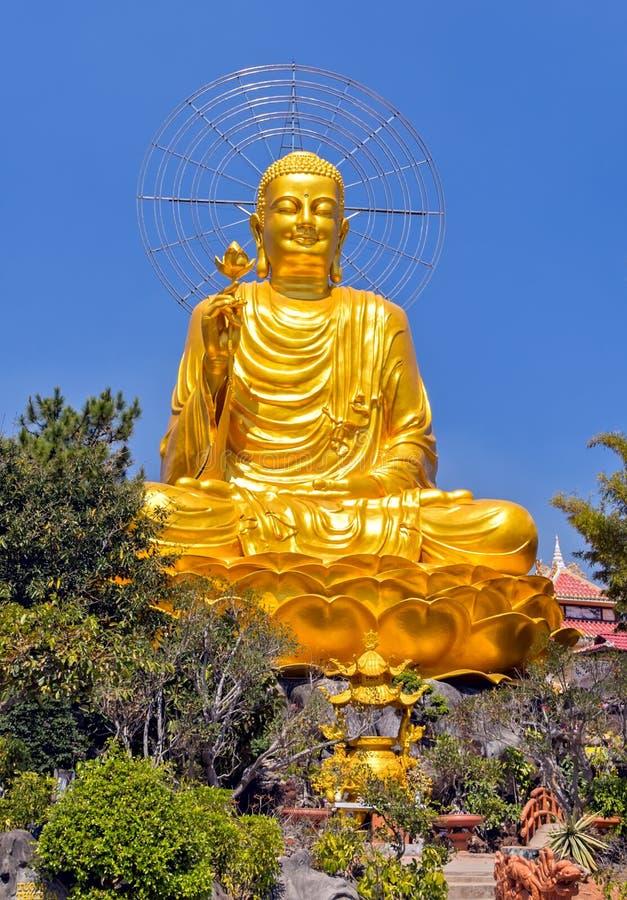 Guld- Buddha för staty som sitter på den lyckliga Bodhi för blå himmel dagen arkivbilder