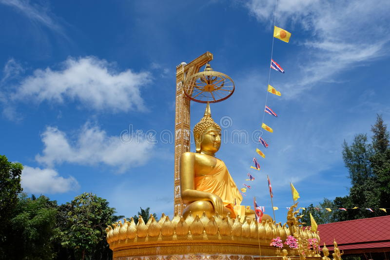 Guld- buddha kroppsstorlek royaltyfria bilder