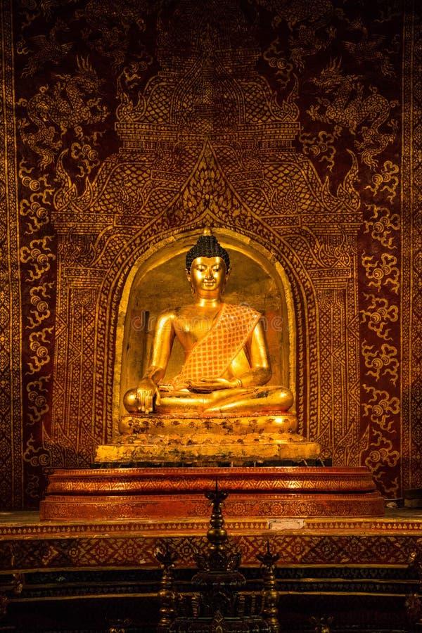 Guld- buddha med härlig thai vägg- målning fotografering för bildbyråer