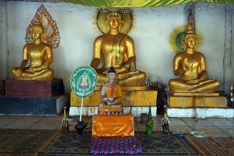 Guld- Buddha near väggen arkivbilder
