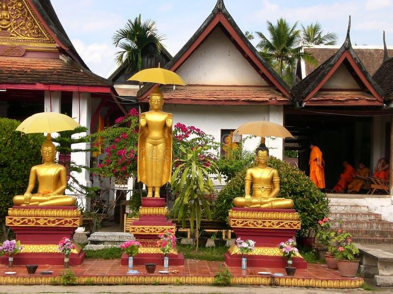 Guld- Buddha och munkar i Luang Prabang royaltyfri foto