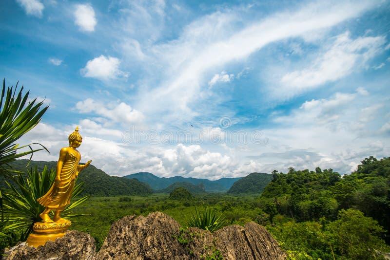 Guld- Buddha på synvinkeln i det Phatthalung landskapet med bakgrund av himmel och moln, berg, Thailand royaltyfria foton