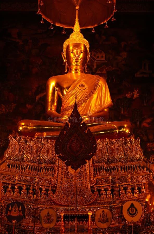 Guld- Buddha på Wat Pho, tempel av den guld- Buddha för vila, Bangkok arkivfoto