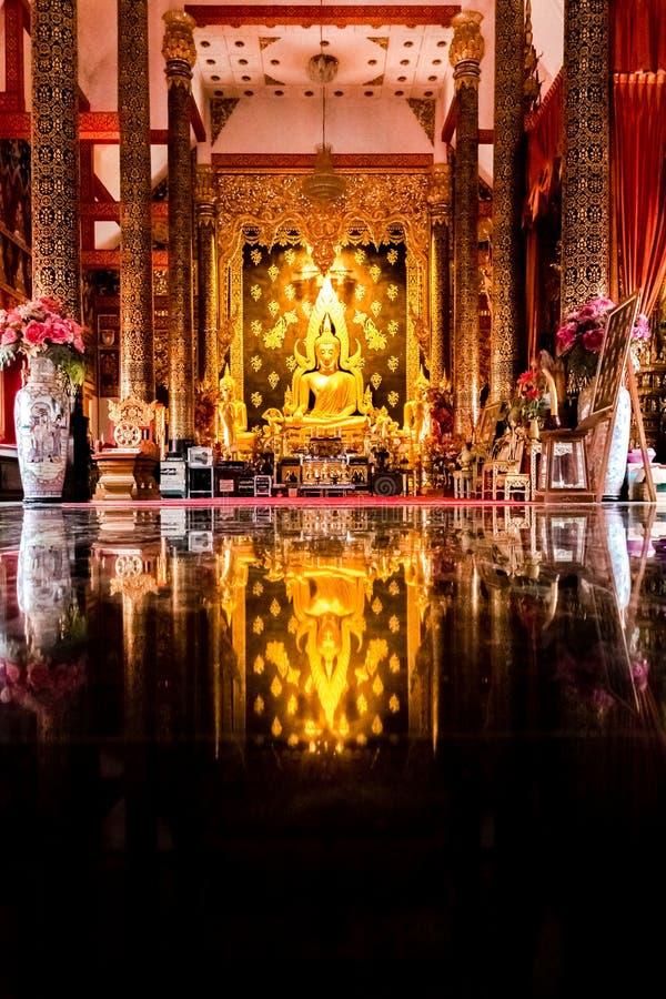 Guld- Buddha på Wat Phra That Suthon Mongkol Kiri arkivfoton