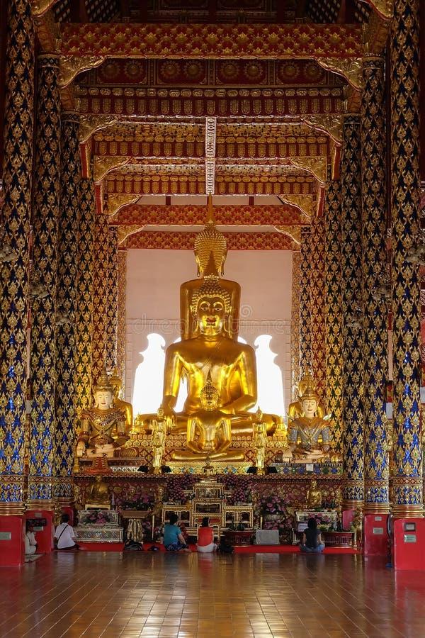Guld- buddha staty i den suan doktemplet för wat, Chiang Mai fotografering för bildbyråer