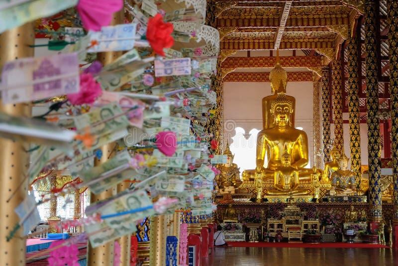 Guld- buddha staty i den suan doktemplet för wat, Chiang Mai som är thailan arkivfoton