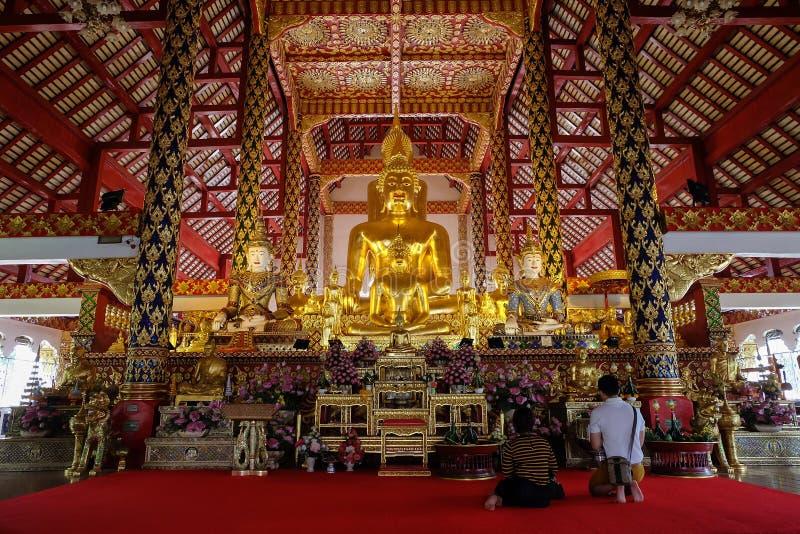 Guld- buddha staty i suan doktempel för wat arkivfoto
