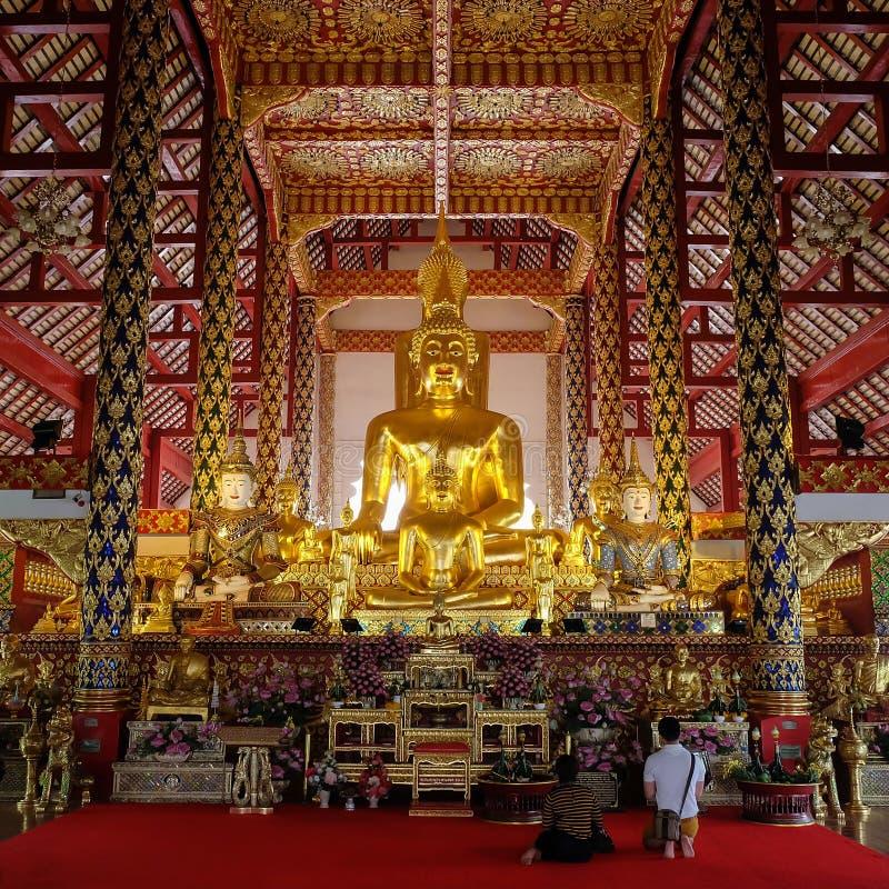 Guld- buddha staty i suan doktempel för wat fotografering för bildbyråer