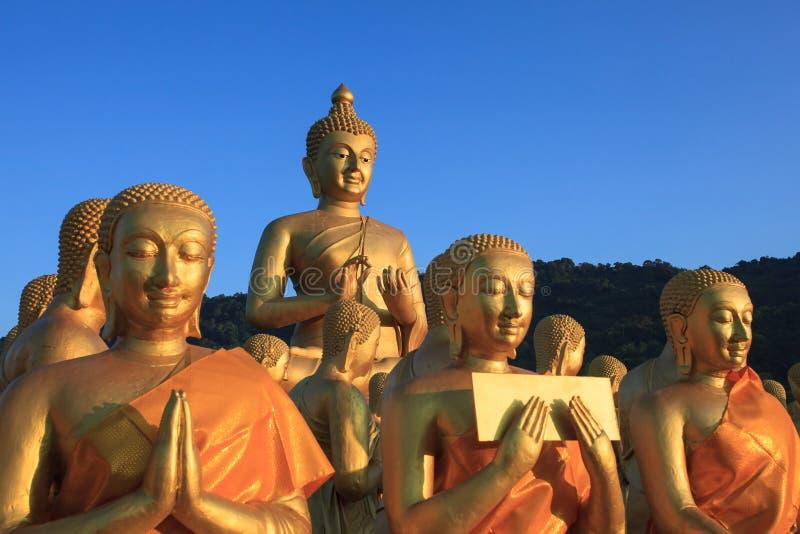Guld- buddha staty i tempel med härlig morgonljusagai royaltyfri bild