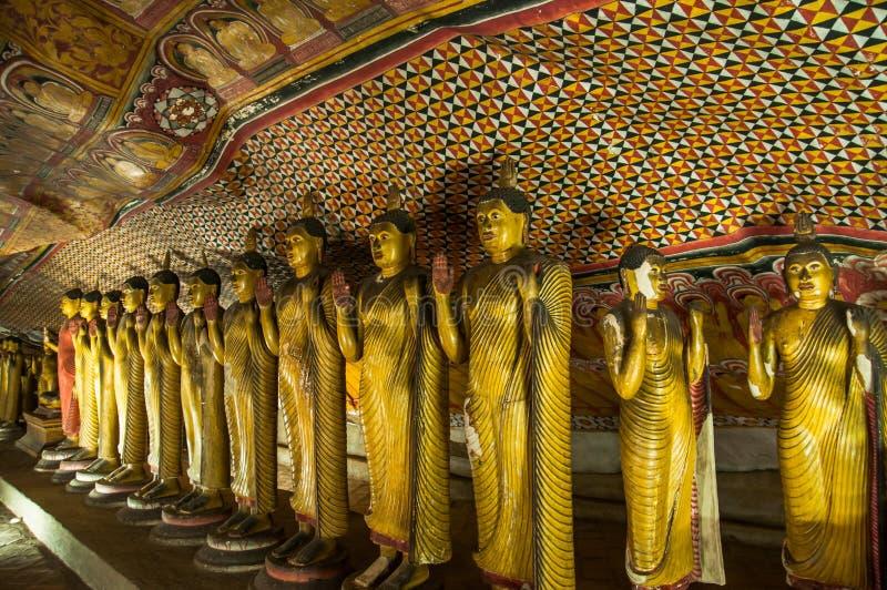 Guld- Buddha statyer i det Dambulla grottatempelet, Sri Lanka arkivfoto
