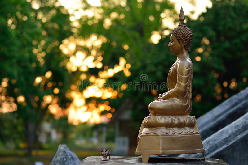 Guld- buddha statyskulptur royaltyfri foto