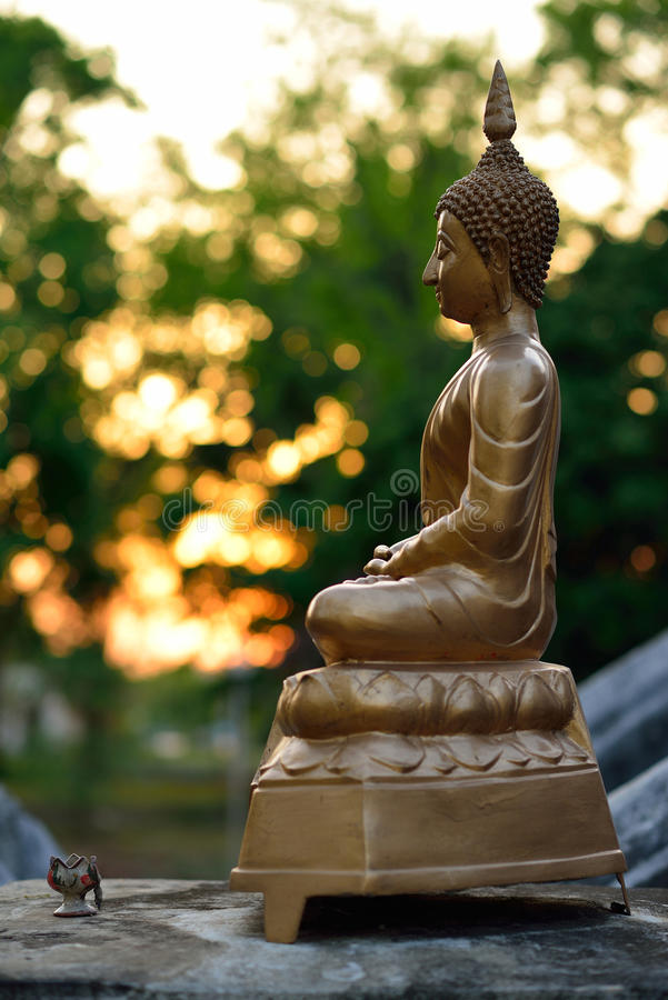 Guld- buddha statyskulptur arkivbild