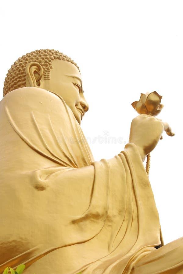 Guld- BuddhaBuddha för jätte- sammanträde som rymmer den guld- lotusblommablomman på Van Hahn Padoda, buddistisk tempel i Dalat,  royaltyfri bild