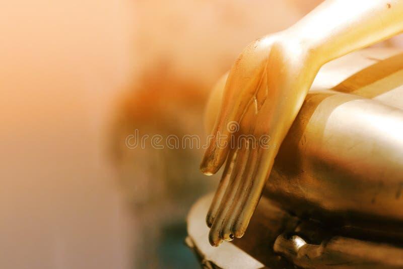 Guld- Buddhahand i templet royaltyfri foto