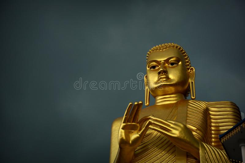 Guld- Buddhastaty av Dambulla royaltyfri foto